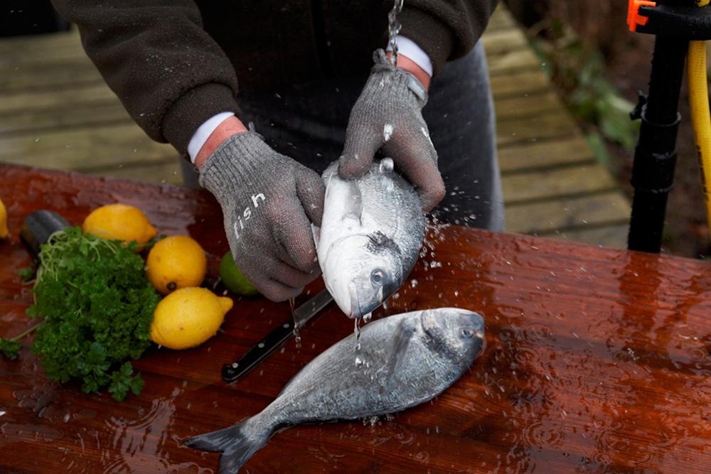 Надевайте перчатки в момент разделывания рыбы, они защитят руки от запаха