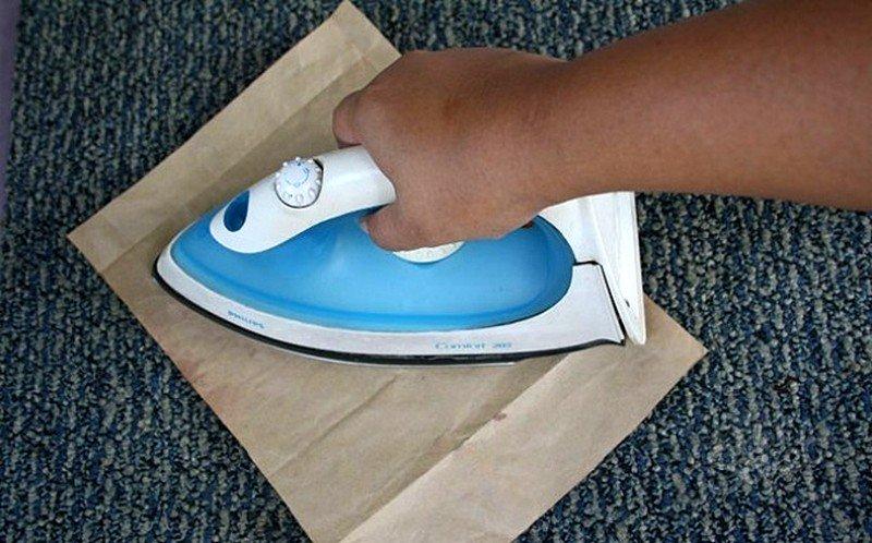 При нагреве расплавленный воск в пластилине будет отпечатываться на бумаге, и сходить с материала. Утюг можно заменить феном