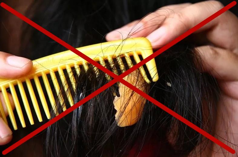 Чтобы убрать пластилин с волос, расческа не поможет! Смажьте прядь волос растительным маслом и аккуратно удалите пластилин