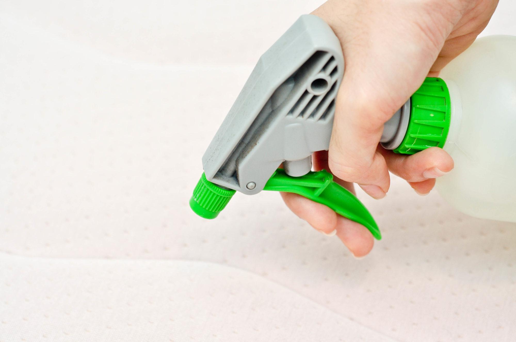 Основная проблема — моментальное проникновение мочи. Нейтрализовать «свежий» запах мочи можно уксусом. Залейте его в пульверизатор, распылите на пятно, оставьте пропитываться.