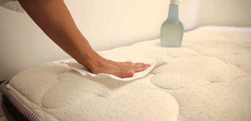 Чтобы пятно не увеличилось, «свежий» след промокните бумажной салфеткой