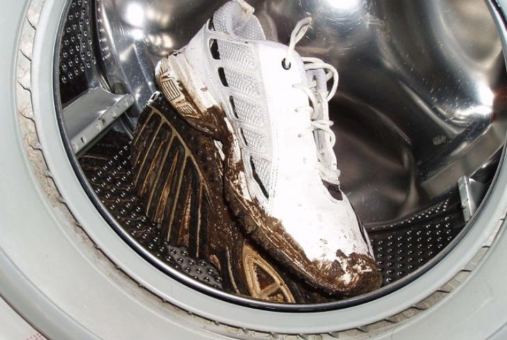 Можно ли стирать кроссовки в стиральной машине? Можно, но класть их в таком грязном состоянии нельзя