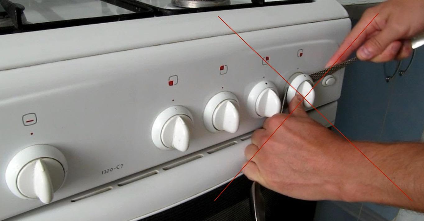 Не стоит между кольцом и плитой вставлять металлические предметы (ножи, отвертки). Так вы поцарапаете поверхность панели