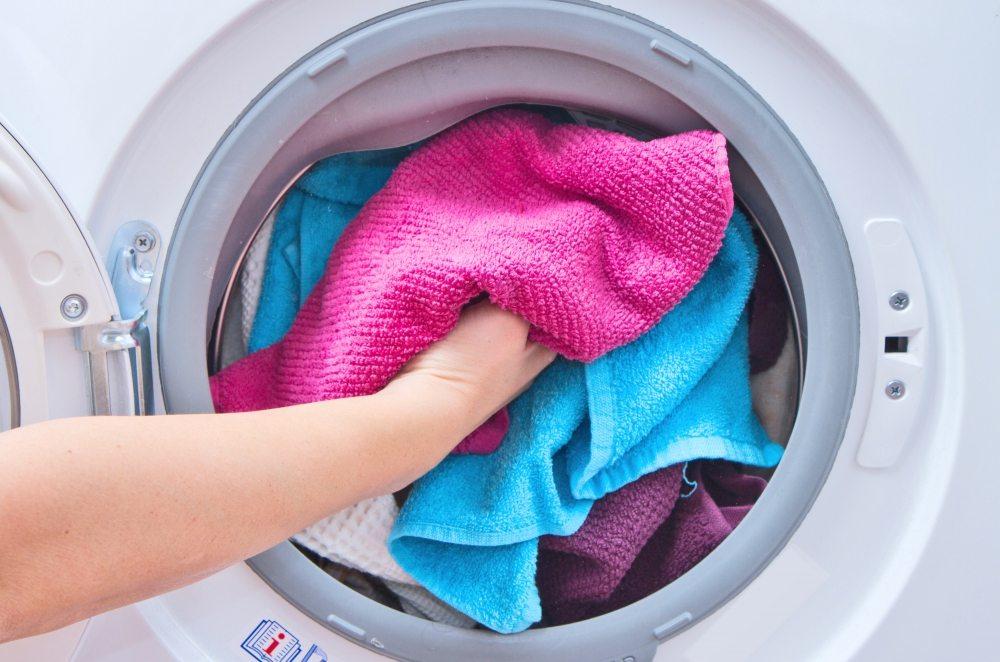 Стирать без опасений можно цветные вещи, соблюдая температурный режим