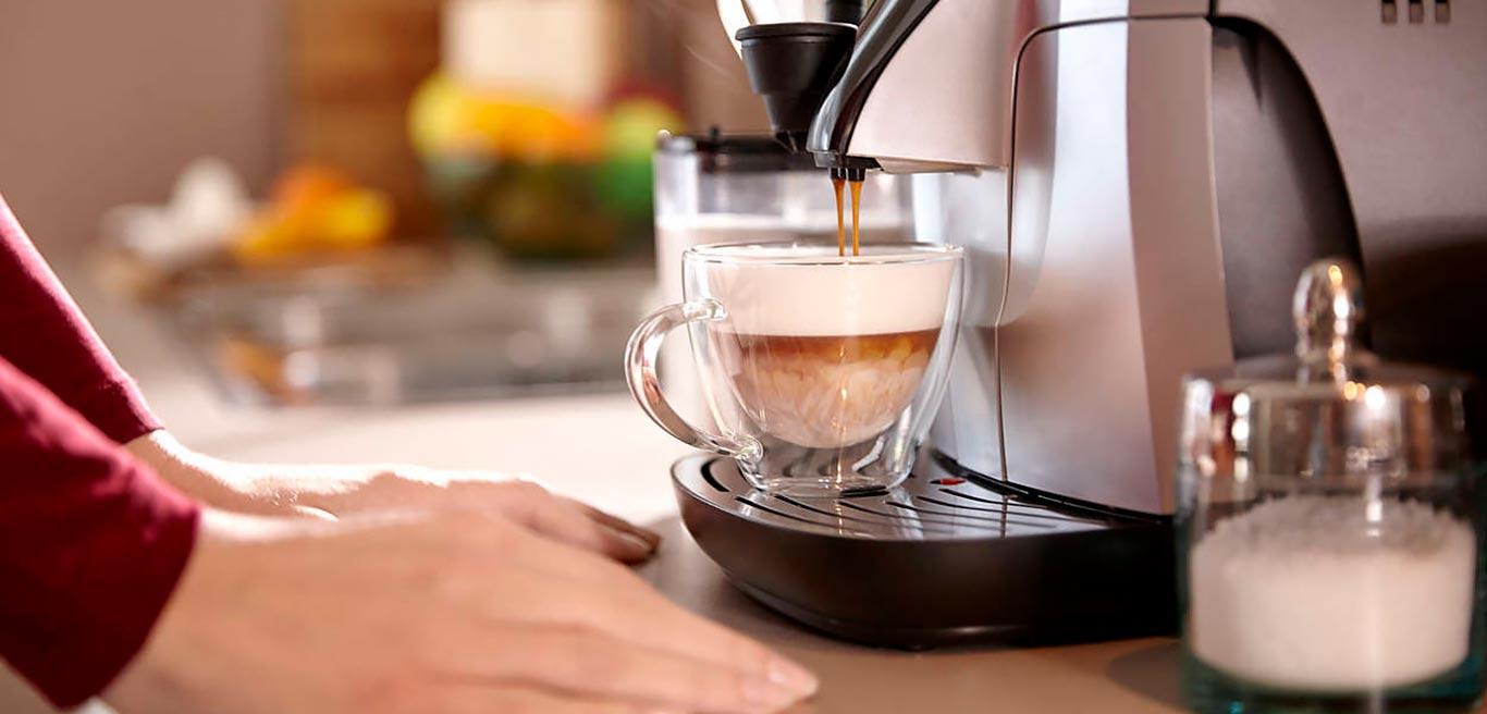 Для приготовления чашки кофе используется горячая вода. Аппарат сам доводит воду до нужной температуры 90 °C