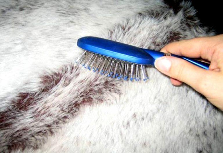 После стирки мех нужно расчесать жесткой щеткой, можно заменить ее массажной расческой