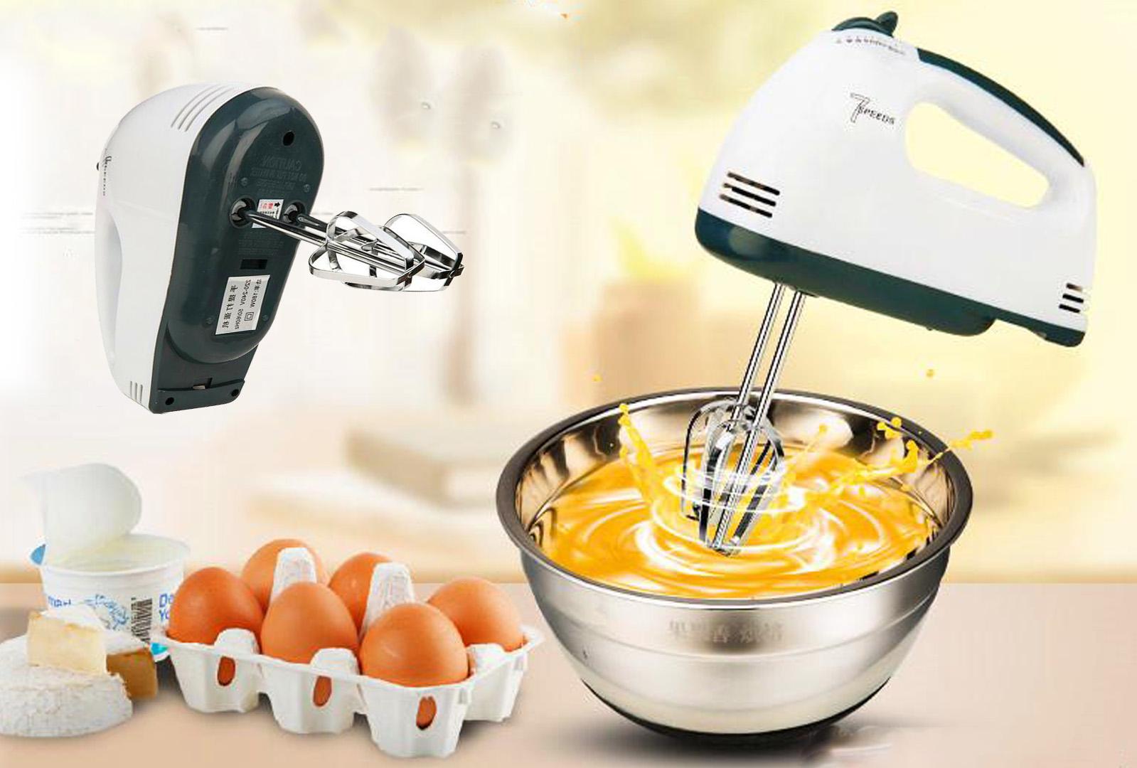 Главная функция миксера — взбивание продуктов. С его помощью можно быстро приготовить, например, тесто на блины или оладьи.