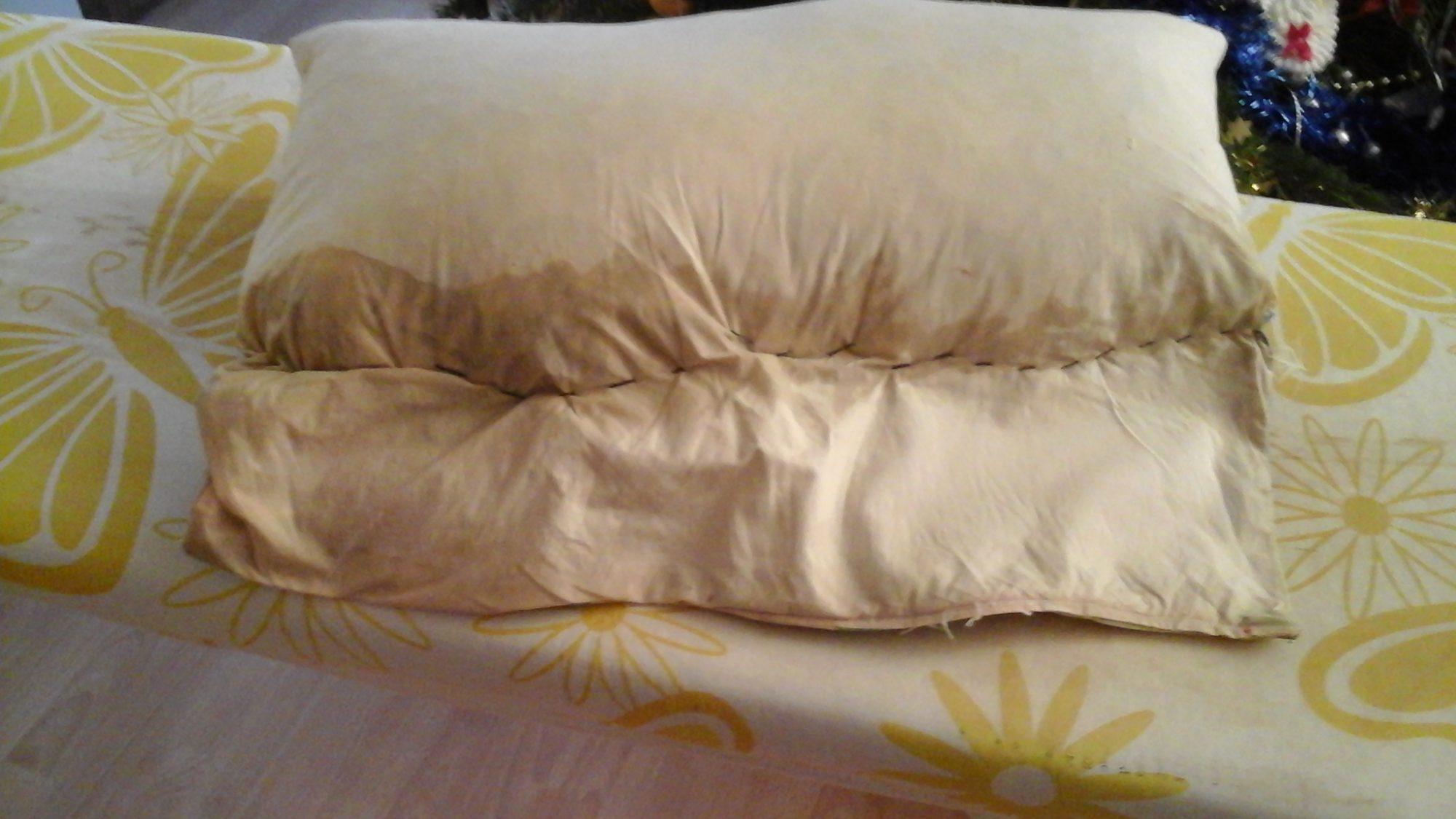 Перед стиркой необходимо зашить подушку в другой наволочке