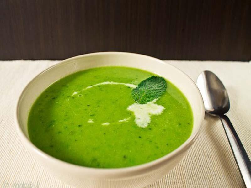 Витамин C в листьях шпината не разрушается при термообработке, продукт полезен в любом блюде, включая суп.