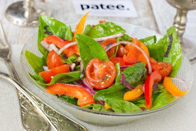 Диетологи рекомендуют использовать шпинатную зелень в салатах с болгарским перцем, огурцами, томатами, семенами тыквы/подсолнечника