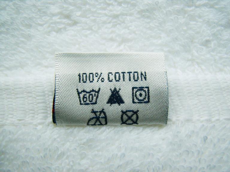 Обозначения на ярлычке махрового полотенца: стирать при 60 °C, отбеливание запрещено, отжим при низкой температуре, не гладить, не сушить