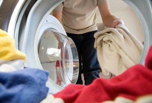 Не стирайте белый махровый халат с цветными вещами — может полинять.