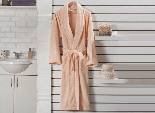 Сохнут махровые вещи дольше обычного — не менее суток. Все зависит от температуры в комнате, толщины и длины махрового халата. Повесьте халат на бельевую веревку/сушилку/плечики и ждите полного высыхания.