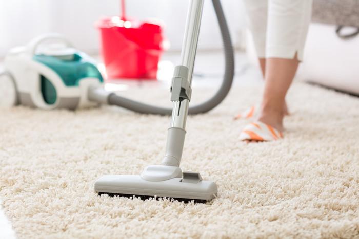 Прежде чем приступать к очищению — нужно пропылесосить (не реже одного раза в неделю). Пылесос для ковров с длинным ворсом — спасение. Если этого не делать, то грязь и пыль забьются внутрь ворса