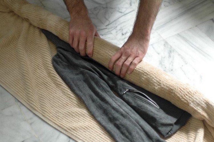 Для удаления влаги достаточно скрутить вещь в слабый валик из полотенца