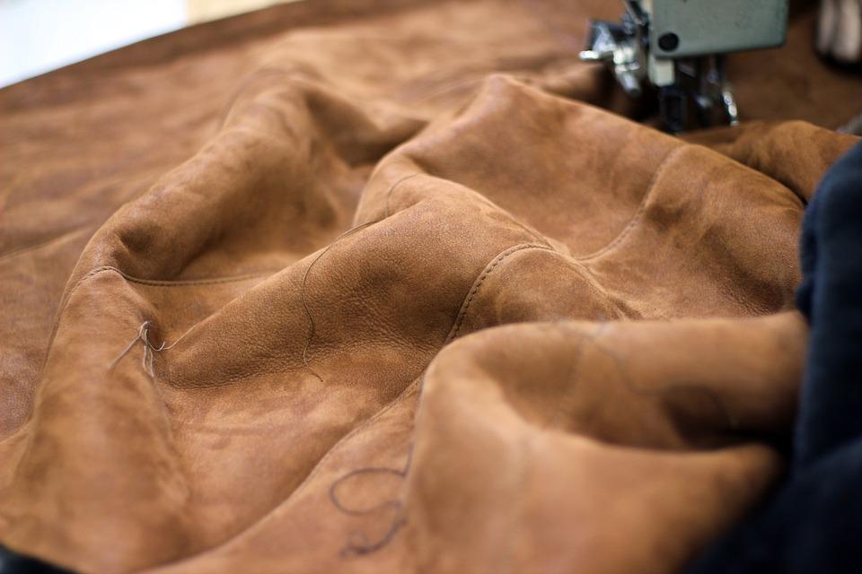 Замша — материал из шкуры животного. Шкуру полируют до образования ворса и покрывают жирами