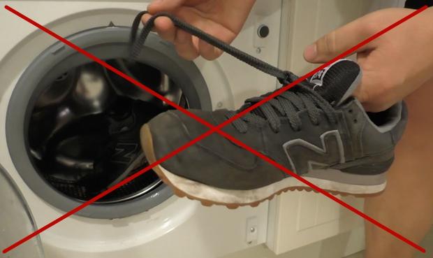 Не стирайте замшевые туфли в стиральной машине! Полностью мочить замшу нельзя — она загрубеет и испортится