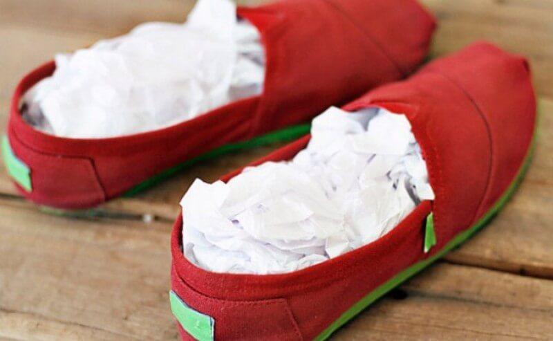 После влажного очищения набейте обувь бумагой, она впитает всю влагу и поможет сохранить форму