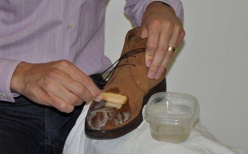 Вывести жирное пятно с замшевой обуви можно с помощью нашатырного спирта: 1 ч. л. спирта и 5 ч. л. воды. Применять только на светлой замше