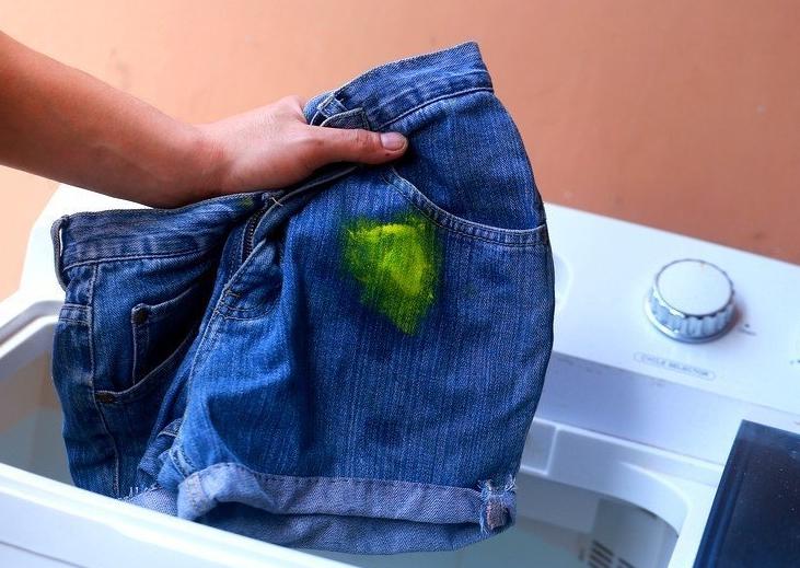 Не бросайте одежду в стирку, предварительно не избавившись от пятен краски