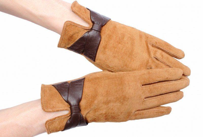 Перчатки из замшевой кожи нужно регулярно чистить, иначе ворс «садится» и появляются засаленные участки