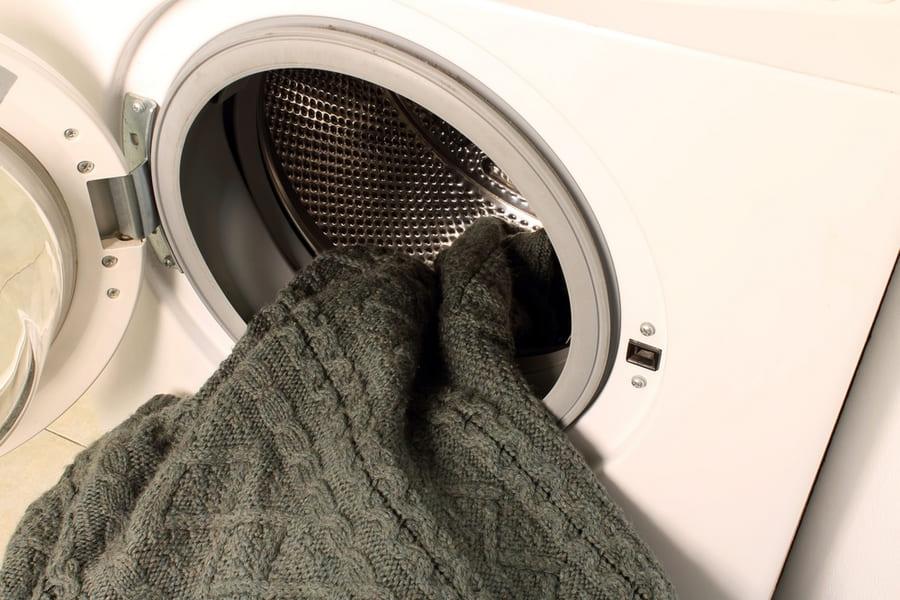 Шерстяные изделия в стиральной машине не отжимать, дать стечь воде и сушить в расправленном виде