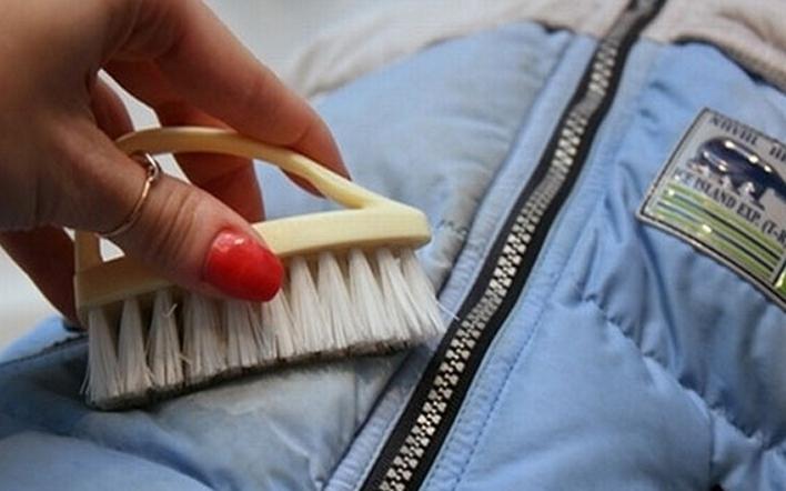 Отстирать засаленные места на пуховике можно и без использования стиральной машинки. Так предмет получает гораздо меньше вреда