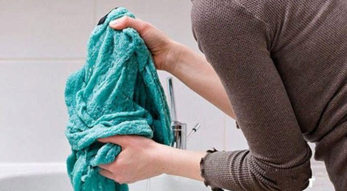 Если вы хотите постирать шерстяную вещь чтобы она села, то ни в коем случае не выкручивайте ее