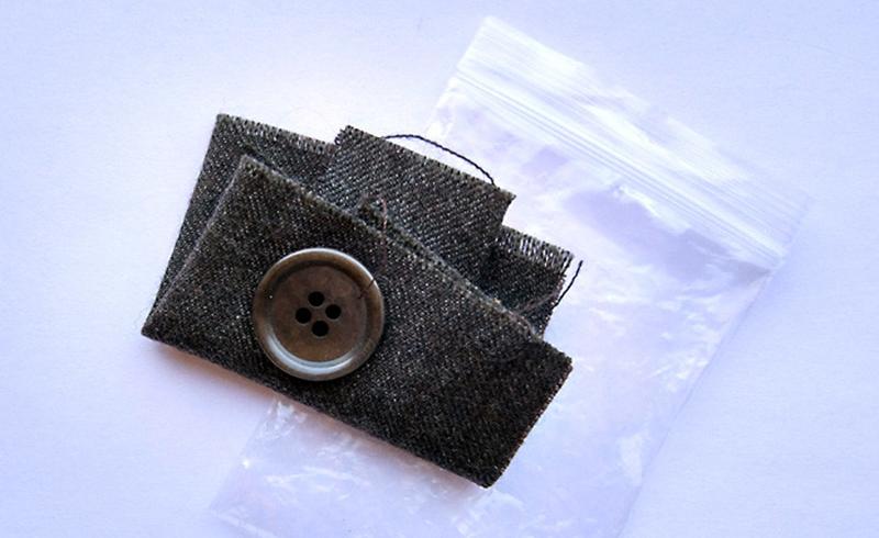 Средство нужно проверить перед стиркой. Для этого возьмите с одежды маленький кусочек ткани, прикрепленный внутри. Нанесите на него моющее средство, посмотрите на реакцию ткани