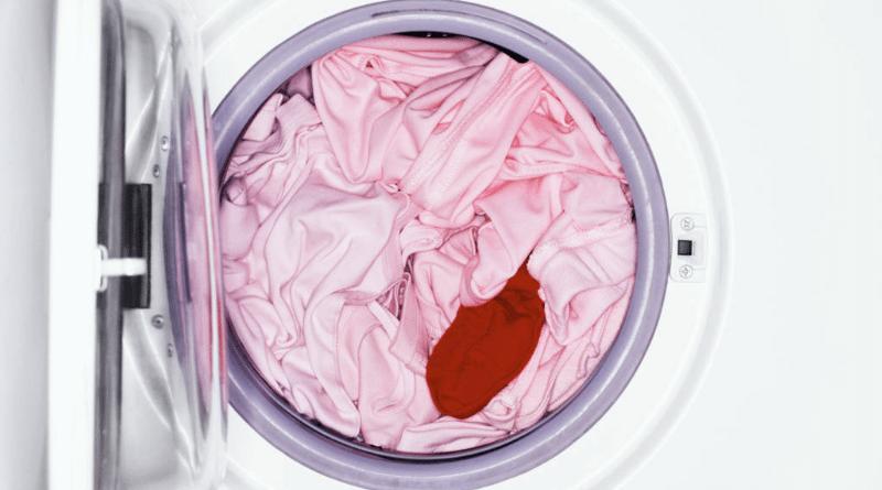 Полинявшие вещи после стирки сразу же постирайте вновь, иначе после высыхания разводы и пятна закрепятся на ткани