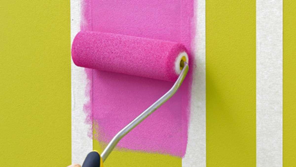 Чтобы сделать аккуратный дизайн холодильника и четкие границы, наклейте строительный скотч или молярную ленту