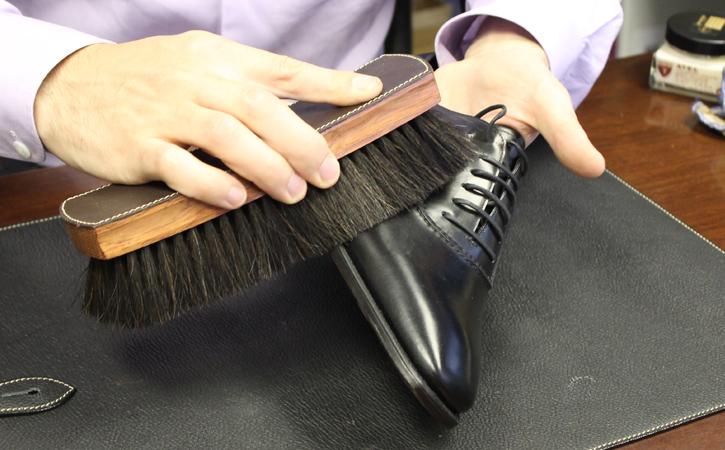 Ухаживать за кожаной обувью лучше щетками с натуральным ворсом. Они надолго помогут сохранить целостность материала
