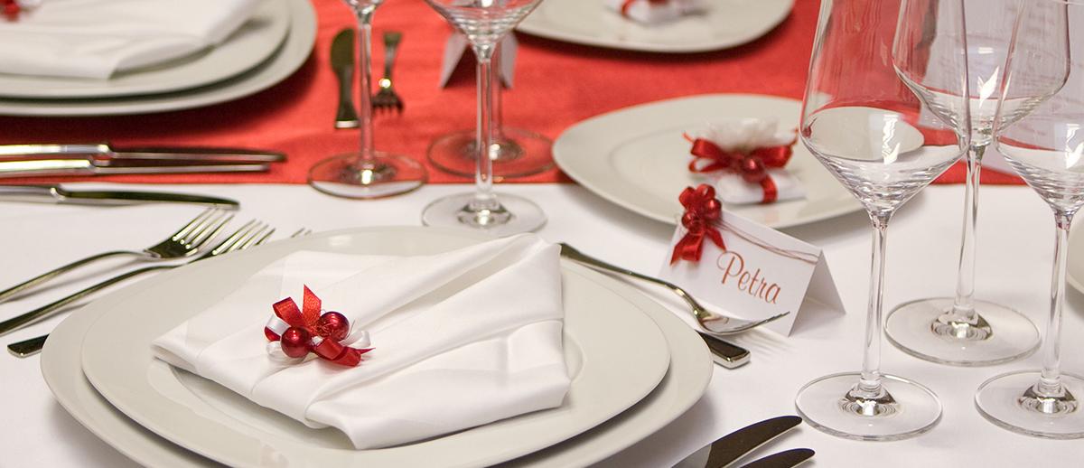 Если в оформление стола преобладает белый, его всегда можно разбавить «дорожкой» яркого цвета