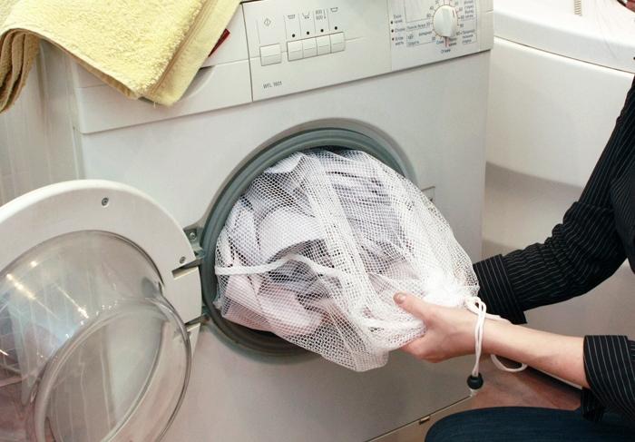 Как постирать дубленку в стиральной машине автомат — в специальном мешке. Так, все металлические детали не поржавеют, и не будут биться о стекло машины