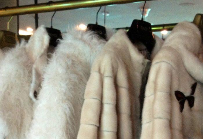 Эксперты компании Wienstube рекомендуют хранить мех в подвешенном виде,чтобы изделие свободно висело, и мехне приминался