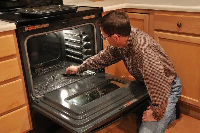 Проводить очистку лучше, когда никого нет дома, предварительно открыв окна или включив вытяжку