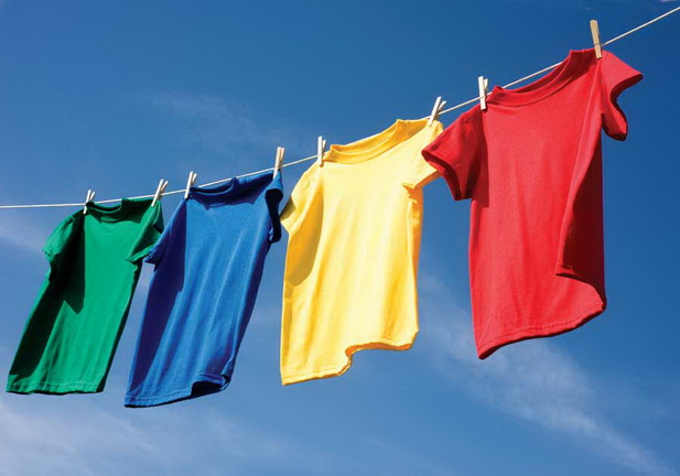 Сушить вещи лучше на улице в солнечную погоду — лучи солнца способствуют удалению плесневых спор