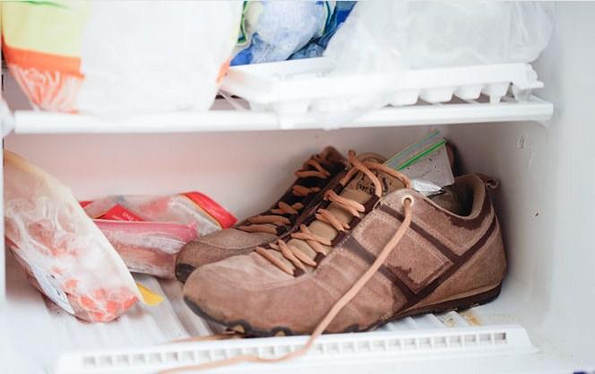 Увеличить размер обуви можно с помощью заморозки. Для этого в обувь положите пакет с водой и уберите в морозильник до полного застывания воды. Замерзшая вода будет расширяться, и растягивать обувь