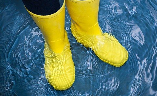 Можно ли растянуть резиновые сапоги? Можно! Залейте в них кипяток, через полчаса вылейте воду, наденьте сапоги на толстые носки и встаньте в холодную воду