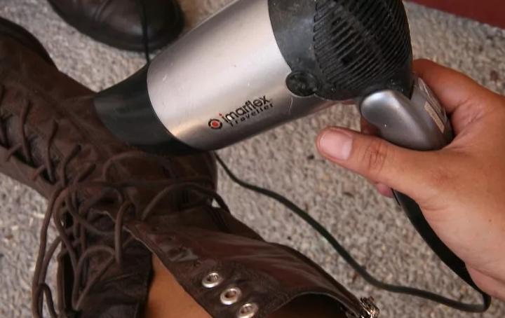 Замшевые сапоги можно растянуть нагреванием фена в течение 1–2 минут. Засчет горячего воздуха обувь нагревается и принимает форму ноги