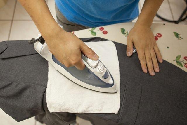 Чтобы на алюминиевой подошве не оставалось лоснящихся полос, гладьте через влажную марлю или неплотную ткань. Еще это предотвратит появление блестящих полос на черной одежде
