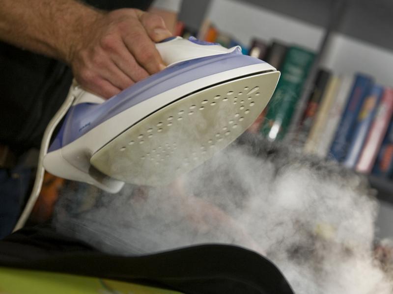 Отверстия на гладильной поверхности утюга обеспечивают отпаривание при глажке. Какую выбрать подошву — для качественного отпаривания должно быть не менее 50 отверстий