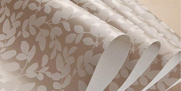 Виниловые и флизелиновые обои более практичны, чем бумажные. Но и с них трудно удалить старое жирное пятно, очищайте их сразу