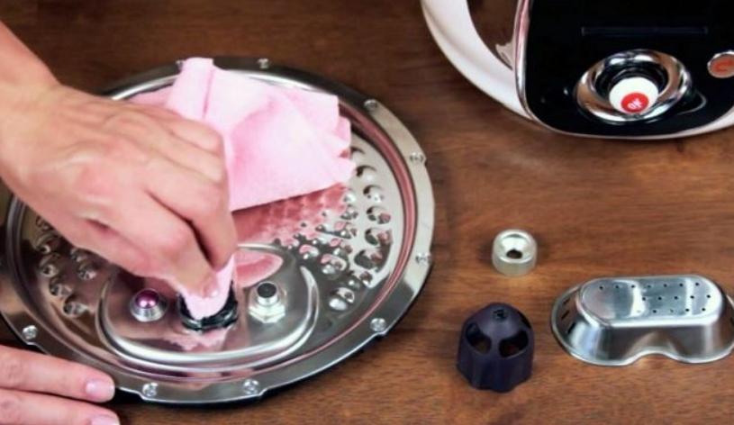 Перед тем как мыть мультиварку, снимите все съемные элементы, это упрощает работу