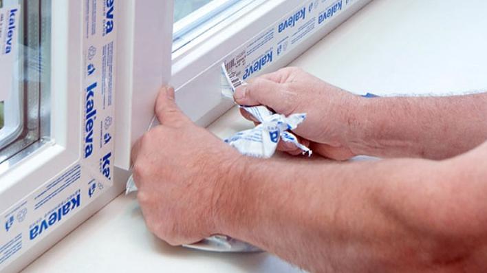Убирайте защитный скотч с пластиковой поверхности сразу после монтажа окон. Тогда следов клея почти не останется