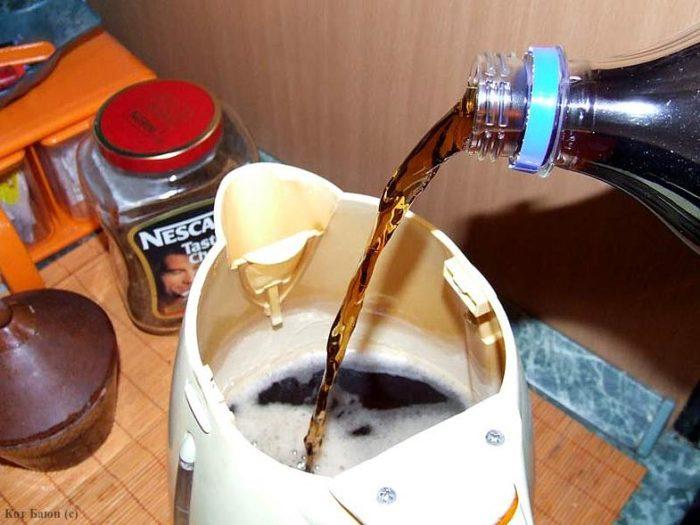 Убрать запах пластмассы в чайнике можно с помощью Кока-колы