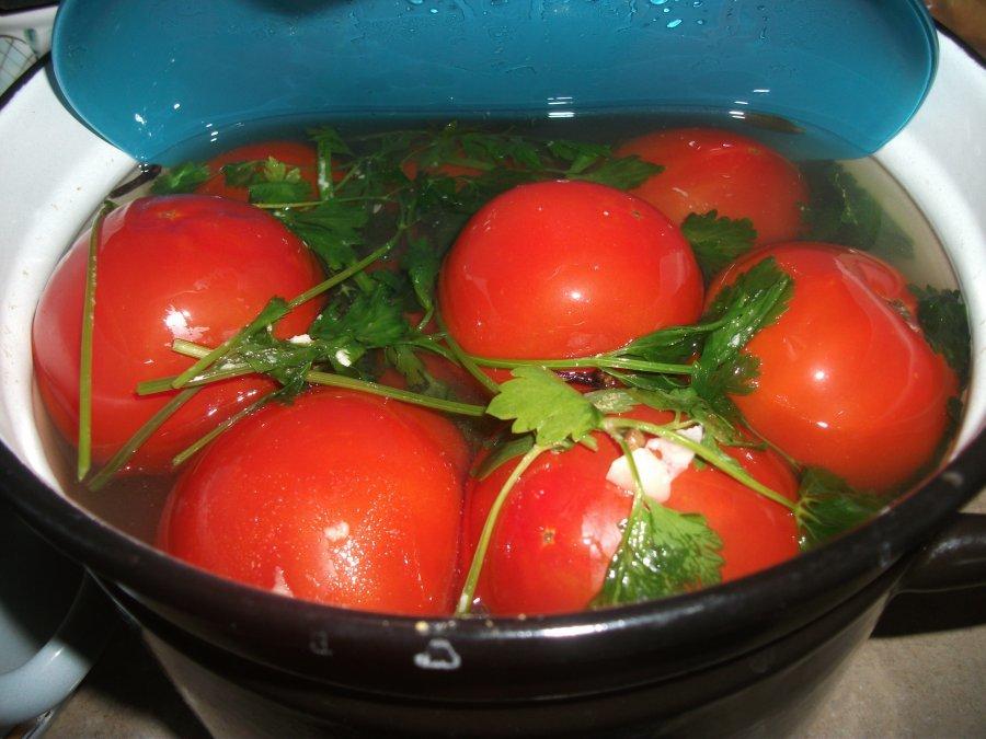 Если опустить помидоры на 2 минуты в кипящую воду, можно продлить срок их хранения