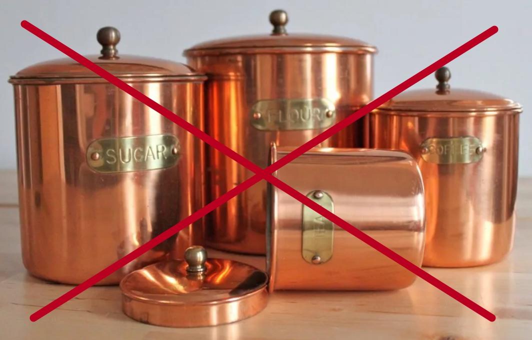 Мед в таких емкостях приобретает металлический привкус и химический запах