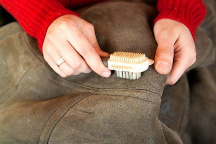 Замшевый пиджак лучше не чистить с водой — только сухая чистка