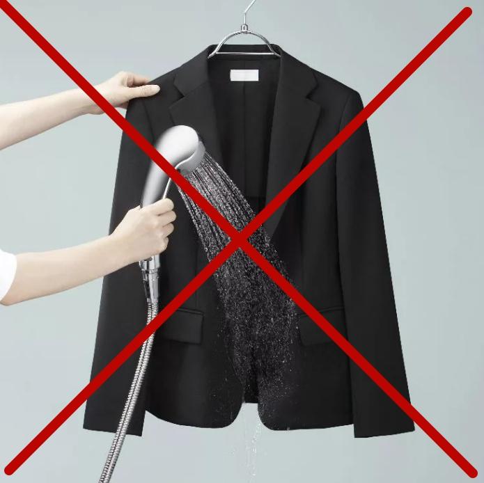 При ручной стирке используйте как можно меньше воды: не поливайте пиджак и не опускайте в воду